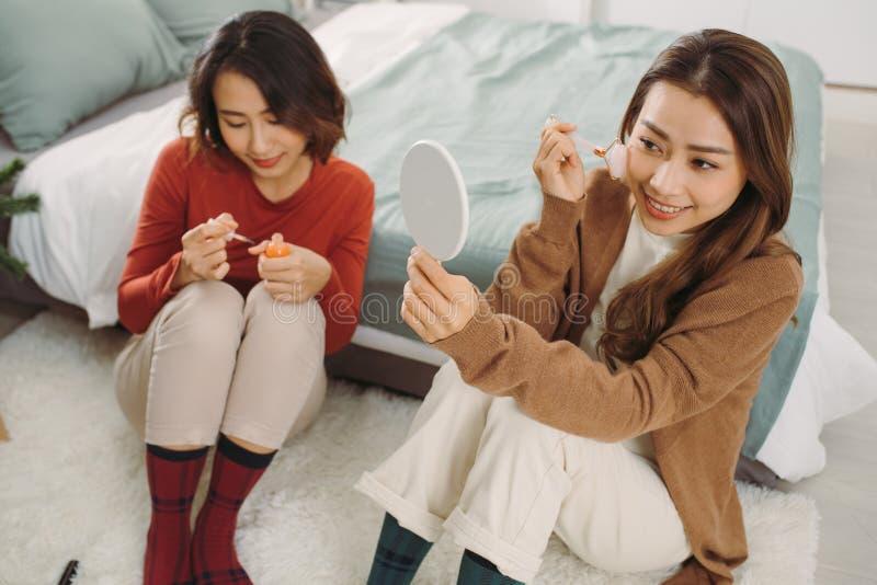 Рождество Азиатка, использующая роульчатый камень Концепция 'Кукинкарс' стоковое изображение