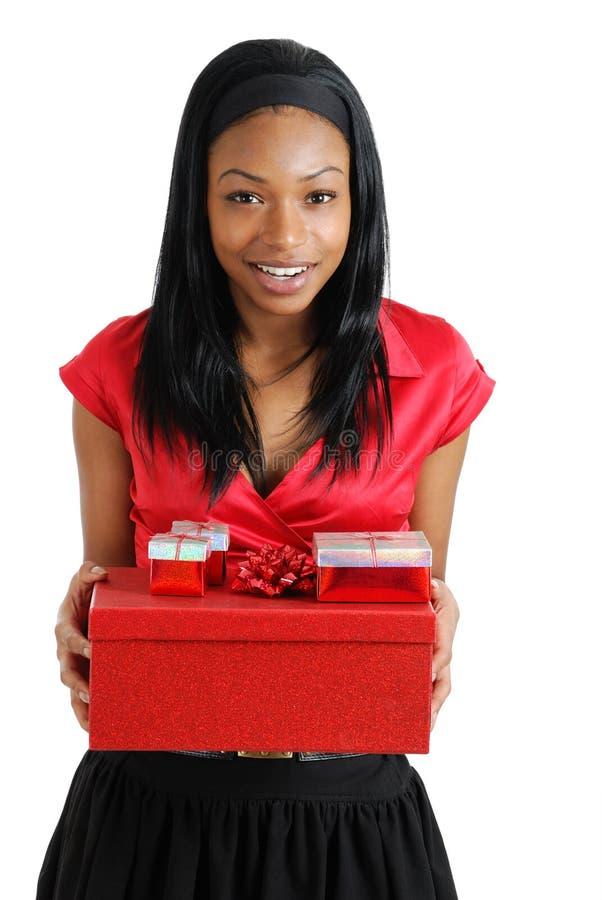 рождество афроамериканца держа присутствующую женщину стоковое изображение rf