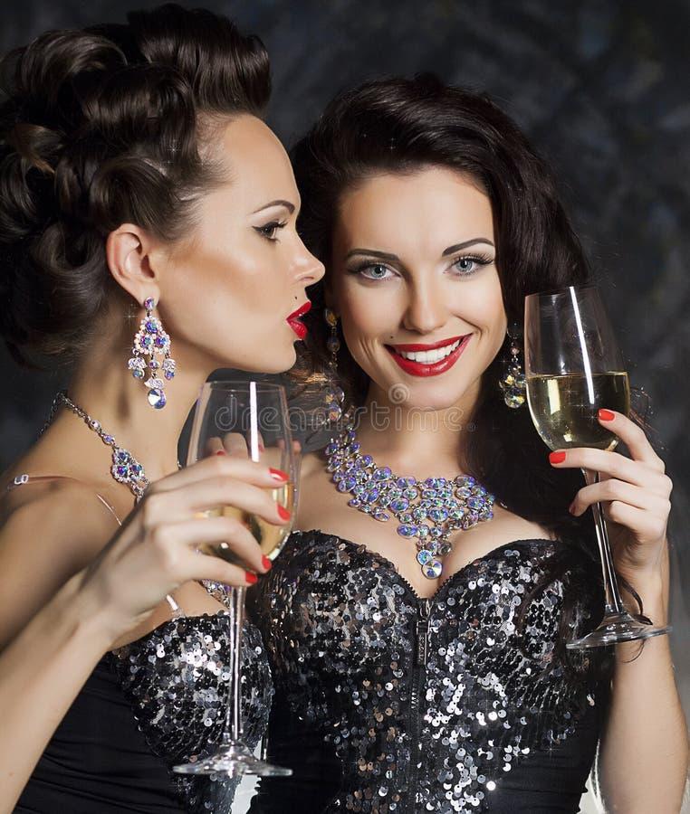 Рождество. Женщины с стеклами вина шампанского стоковые фото