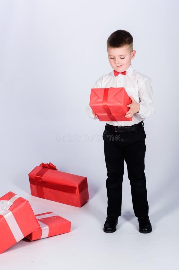 Рождество или подарок на день рождения Мечты приходят истинный Подарки покупки Счастье и положительные эмоции Продажа праздника х стоковые фотографии rf
