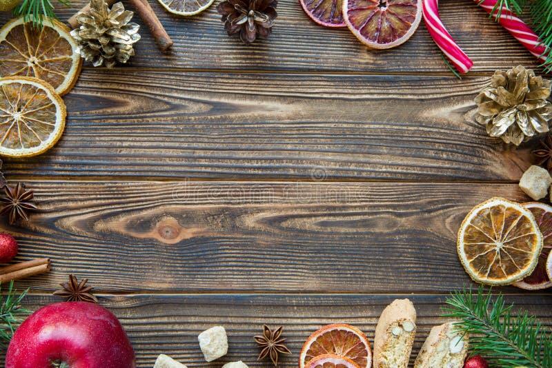 Рождество красное и золотое accessorizes на коричневом деревянном столе Fre стоковая фотография