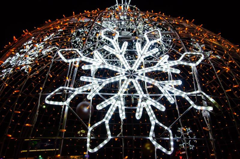 Рождество, Новый Год, украшение улицы в форме игрушки рождественской елки покрашенных электрических лампочек стоковое фото rf