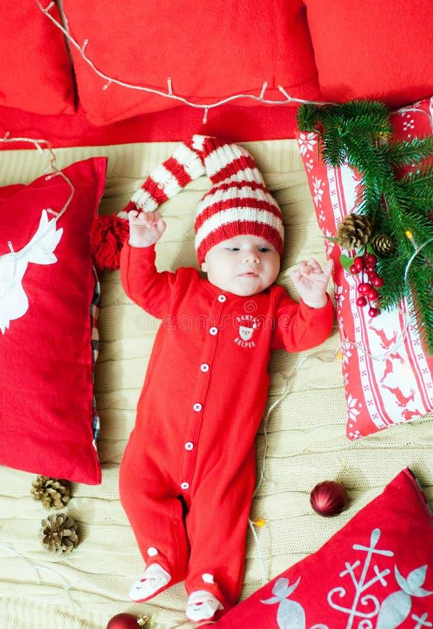 рождество первое младенца Красивый маленький младенец празднует рождество Праздники ` s Нового Года Младенец с шляпой santa с под стоковое изображение