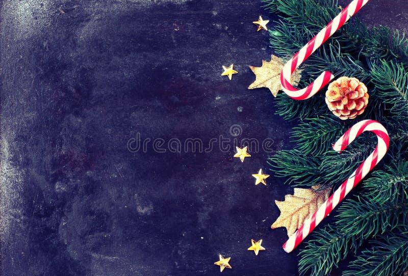 Рождество, предпосылка Нового Года, конфета, елевые ветви, звезды дальше стоковое изображение