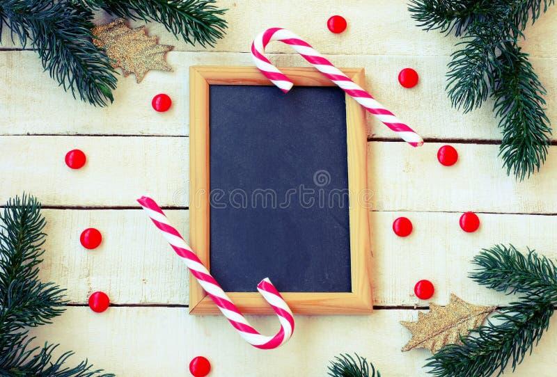 Рождество, предпосылка Нового Года, конфета, елевые ветви, золотой l стоковые изображения