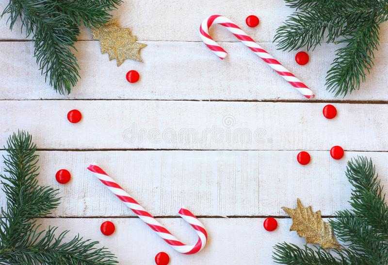 Рождество, предпосылка Нового Года, конфета, елевые ветви, золотой l стоковое фото