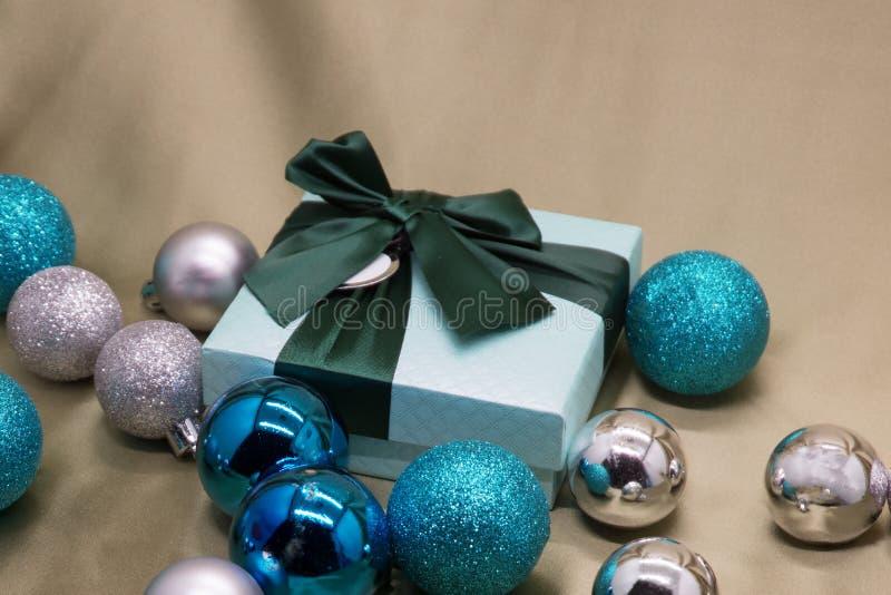 рождество предпосылки праздничное упаковка подарочной коробки, воздушные шары украшения голубые на столешнице осматривает оформле стоковая фотография rf