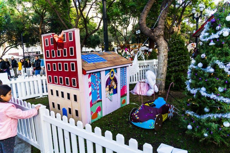 Рождество приходя, игрушки, карлики, снег, снеговик, Санта Клаус, украшение, рождественская елка, медведь, свет, люди стоковая фотография