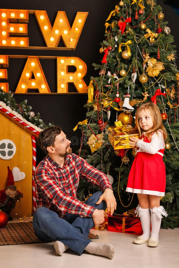 Рождество семьи Отец и дочь стоковые изображения rf
