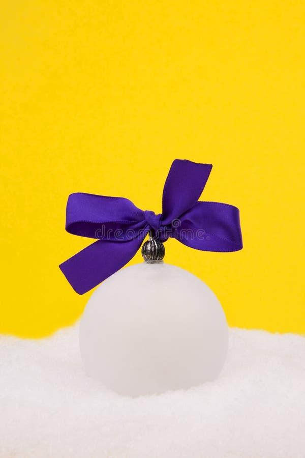 рождество смычка шарика над фиолетом снежка стоковая фотография rf