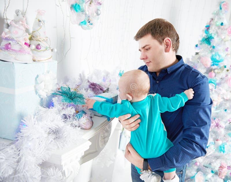 рождество счастливое отец показывает его подарки рождества младенца стоковые изображения rf