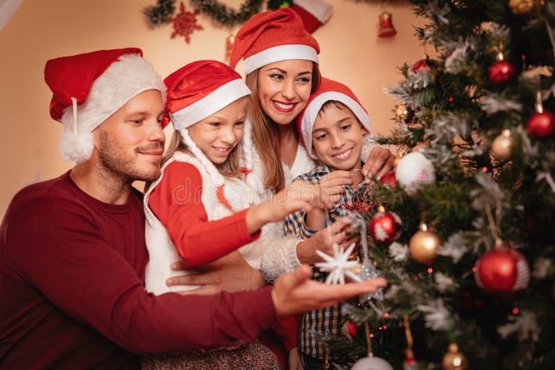 рождество украшая фамильное дерев дерево стоковые изображения rf