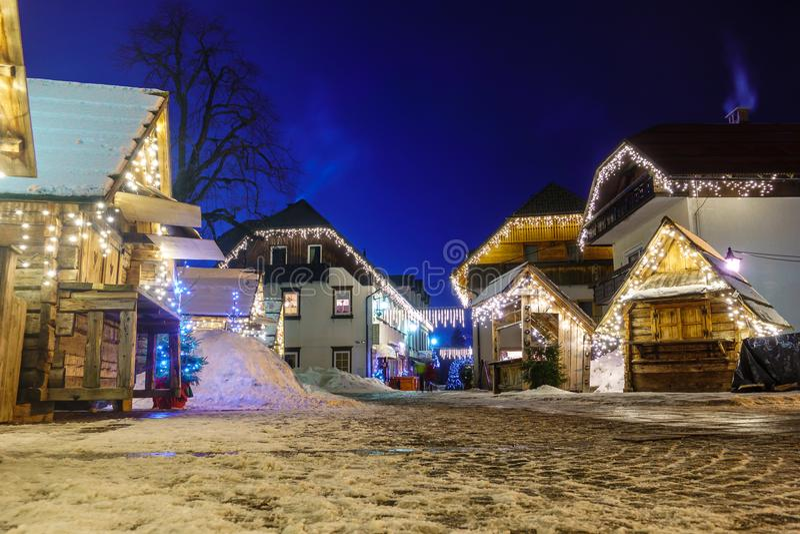 Рождество Kranjska Gora украсило квадратную, высокогорную деревню к ноча стоковое фото rf