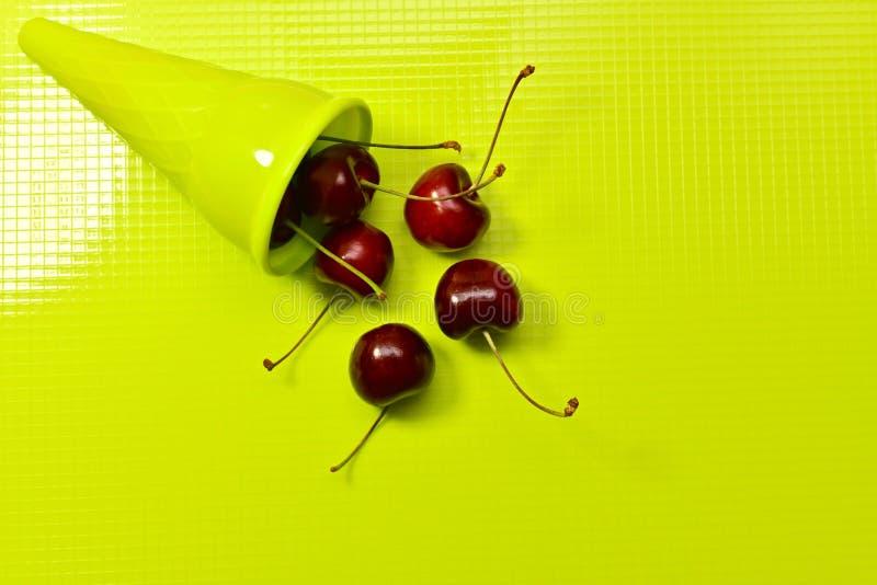 Рожок с разбросанной красной вишней стоковое изображение rf