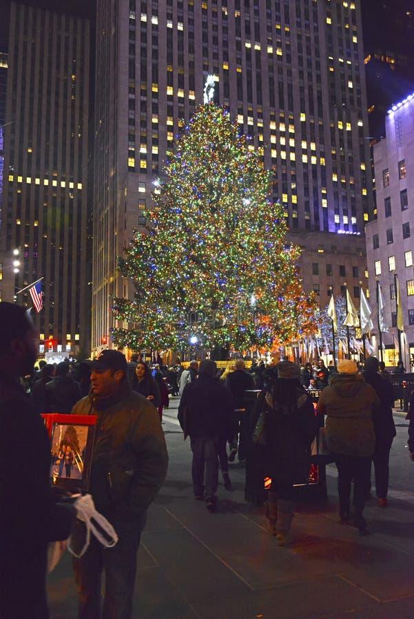 Рождественская елка в центре Рокефеллер, Манхаттане, Нью-Йорке стоковое изображение rf