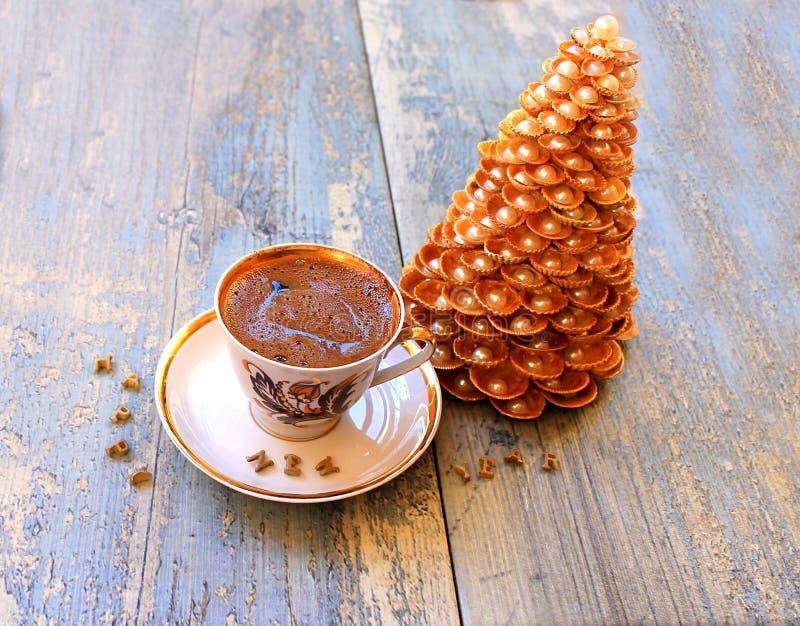 Рождественская елка золота сделанная из раковин и кофе стоковые фото