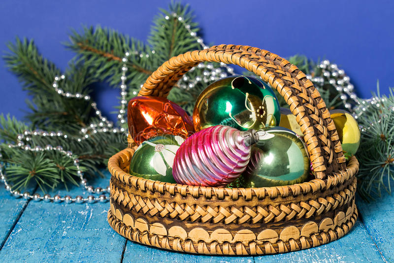 Рождественская елка и корзина с игрушками рождества стоковые фото