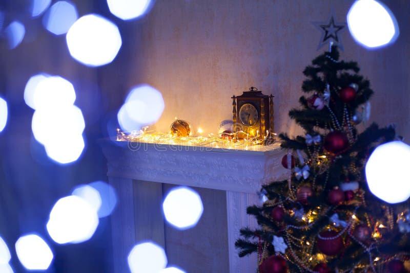 Рождественская елка камина освещает украшения стоковая фотография rf