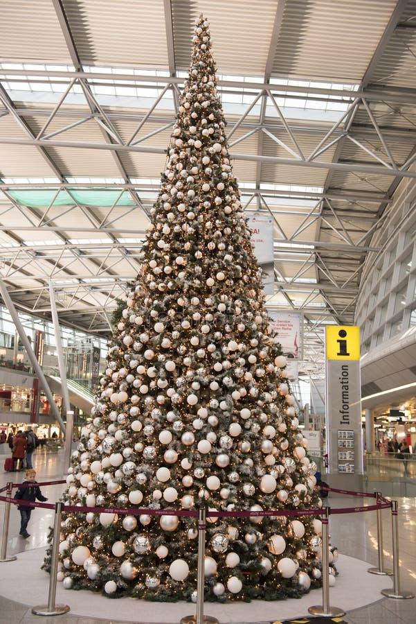 Рождественская елка на авиапорте стоковое фото rf