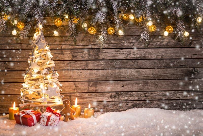 Рождественская елка на деревянной предпосылке стоковые изображения
