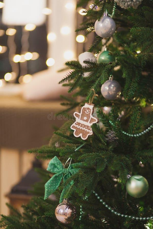 Рождественская елка с игрушками смертной казни через ...