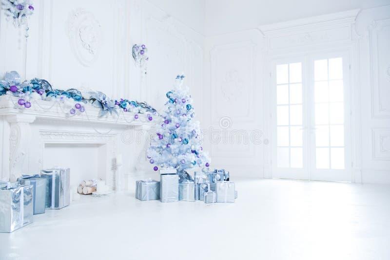 Рождественская елка с настоящими моментами underneath в живущей комнате стоковое изображение