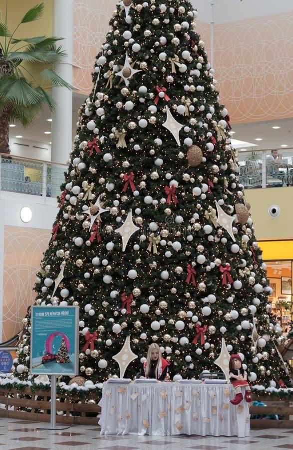 Рождественская елка с украшениями на Олимпии торгового ...