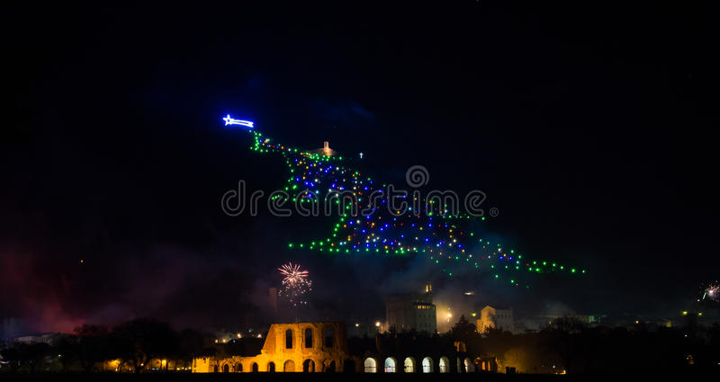Рождественская елка Gubbio с фейерверками на кануне ` s Нового Года стоковая фотография rf