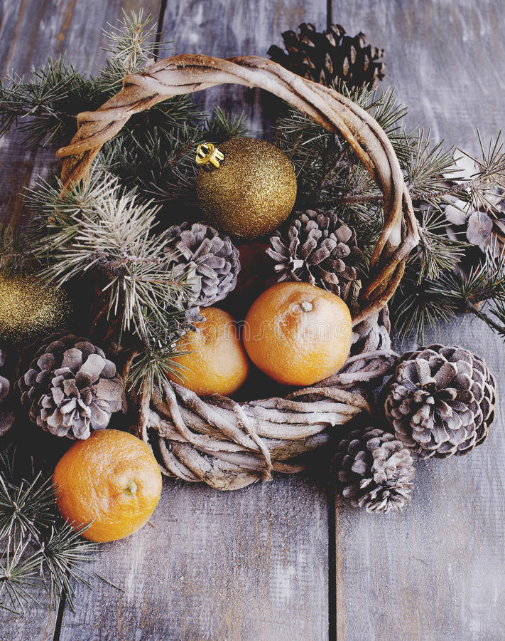 Рождественская открытка с ветвями и украшением ели стоковые изображения
