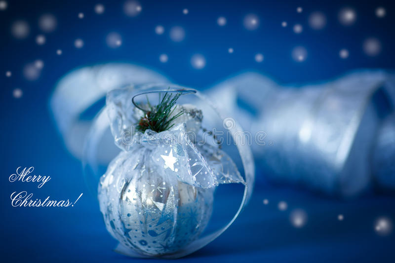 Рождественская открытка с серебряными шариками и лентой стоковое фото