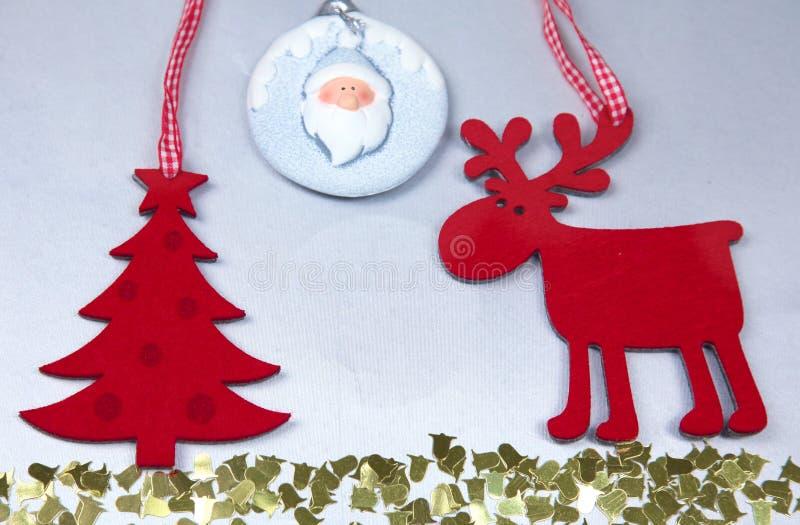 Рождество Изолят северного оленя и рождественской елки дальше стоковое изображение rf