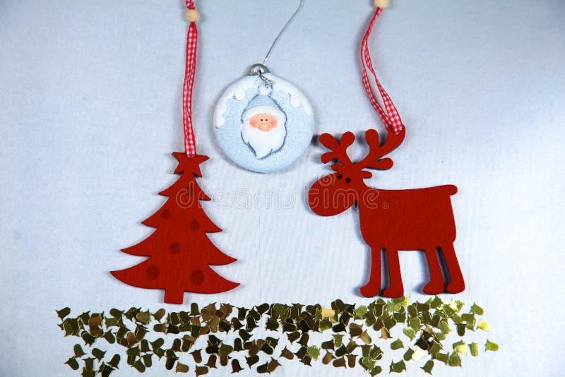 Рождество Изолят северного оленя и рождественской елки дальше стоковое изображение
