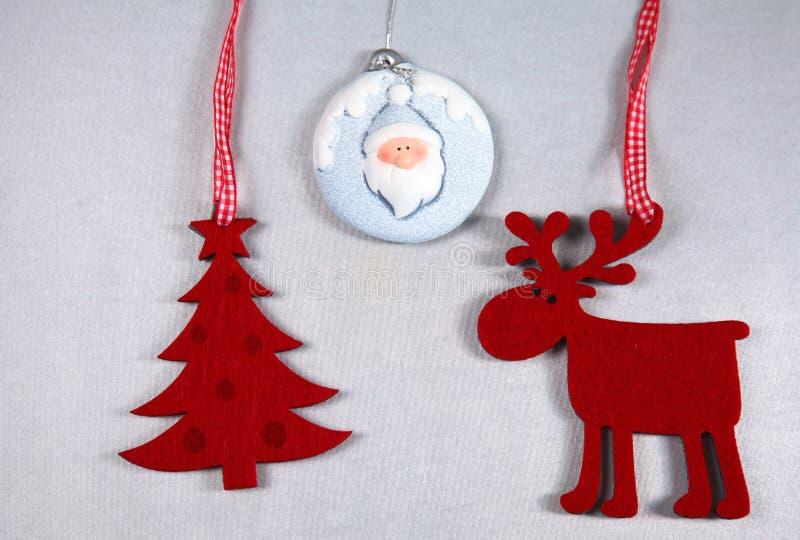 Рождество Изолят северного оленя и рождественской елки дальше стоковая фотография rf