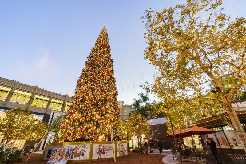 Download Рождество на торговом центре, Galleria Glendale Редакционное Изображение - изображение насчитывающей положения, рождество: 81814010