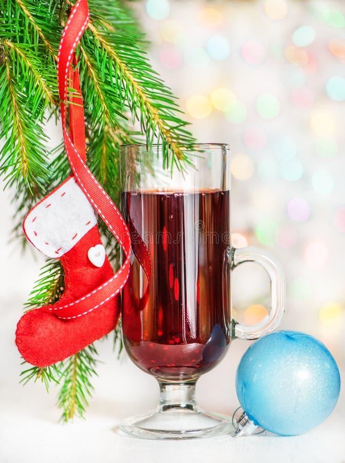 Рождество обдумывало вино и красный носок на ветви ели стоковое изображение