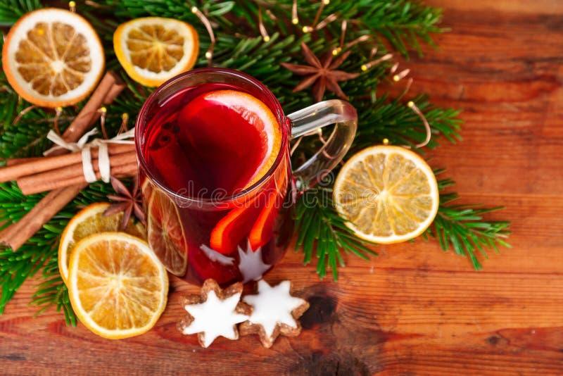 Рождество обдумывало вино с специями зимы на темной древесине Взгляд сверху стоковая фотография rf