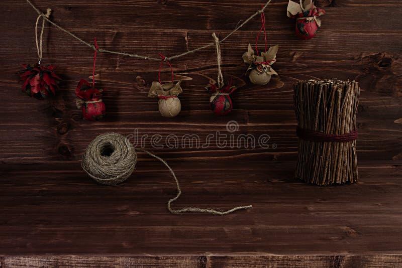 Рождество орнаментирует handmade на винтажной коричневой деревянной предпосылке стоковое фото rf