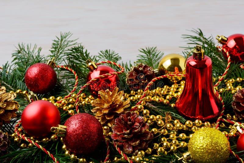 Рождество отбортовывает с орнаментами pinecone, золотых и красных стоковые фотографии rf