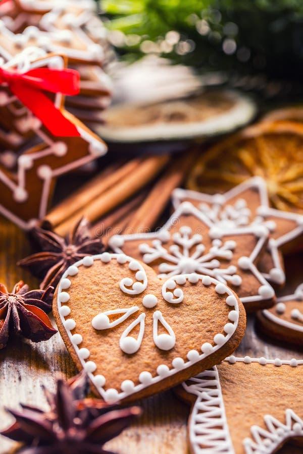 Рождество Печенья пряника рождества домодельные с различными украшениями Красные счастливого рождества ленты стоковые изображения