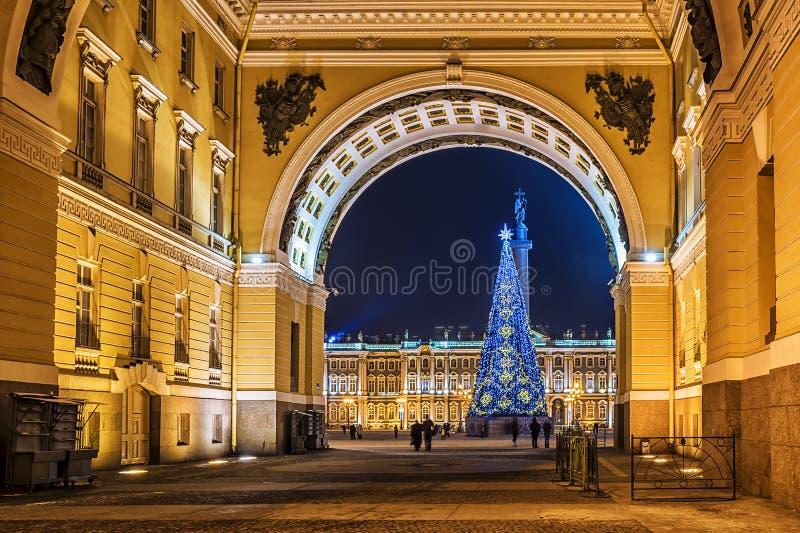 Рождество Санкт-Петербург Взгляд квадрата дворца через свод стоковые фотографии rf