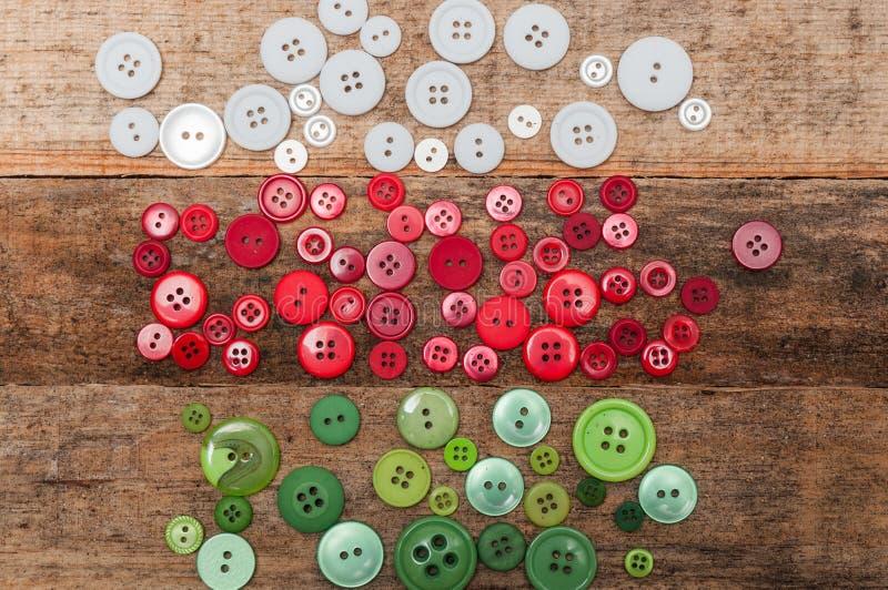 рождество украшает идеи украшения свежие домашние к Кнопки штабелируют на деревянной предпосылке стоковое фото