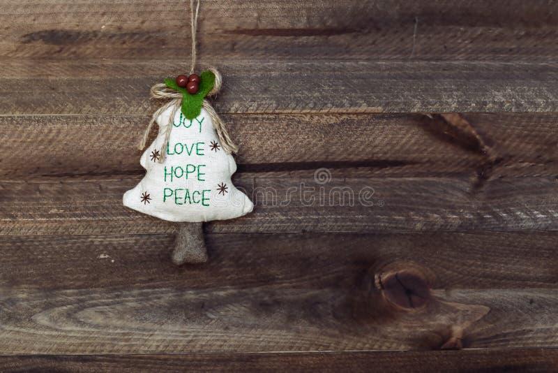 рождество украшает идеи украшения свежие домашние к Рождественская елка вися над деревянным backgro стоковая фотография rf