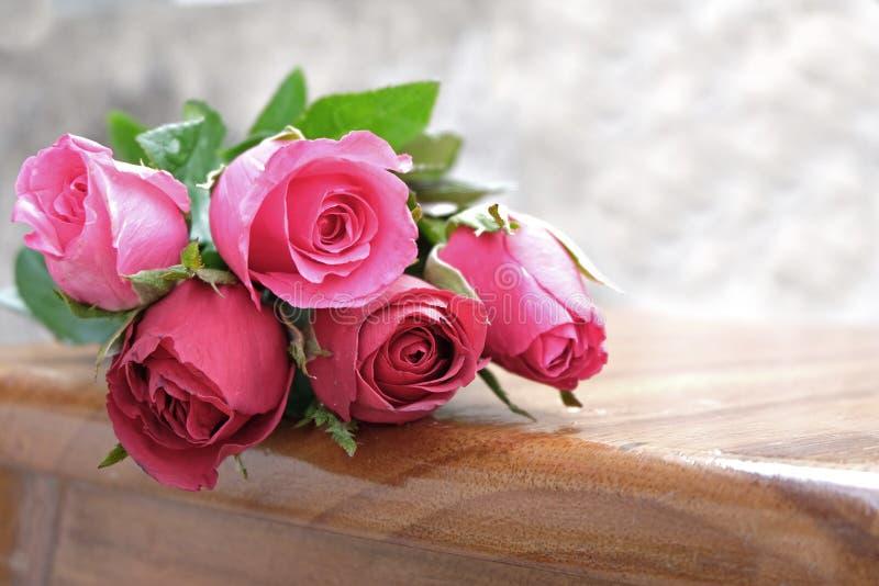 роза пинка в куче роз цветет на деревянной земле стоковое изображение