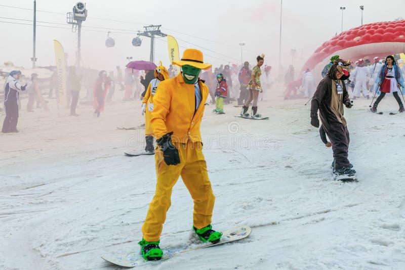 РОЗА KHUTOR, СОЧИ, РОССИЯ 30-ОЕ МАРТА 2018: Спуск в костюмы масленицы стоковые фотографии rf