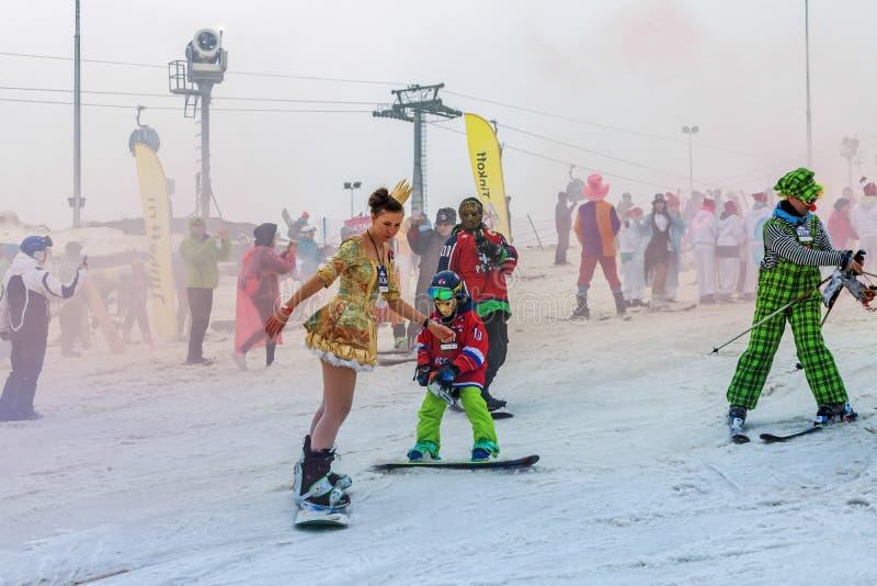 РОЗА KHUTOR, СОЧИ, РОССИЯ 30-ОЕ МАРТА 2018: Спуск в костюмы масленицы стоковые изображения