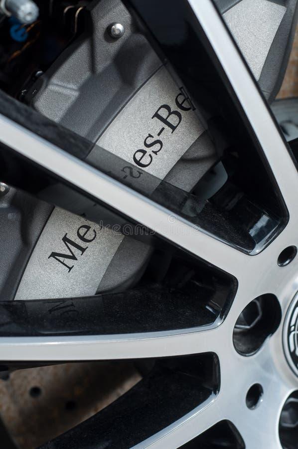 Розница тормозного колеса от бренда Мерседес-benz в выставочном зале стоковые изображения rf