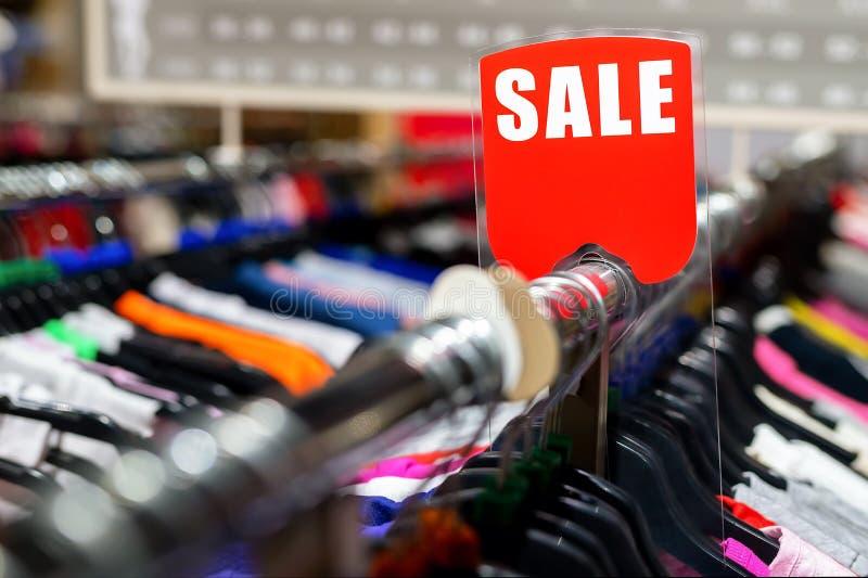 Розничный зазор магазина одежд Магазин одежды с ноской различной яркой молодости случайной на цене со скидкой Вешалки носки и кра стоковая фотография
