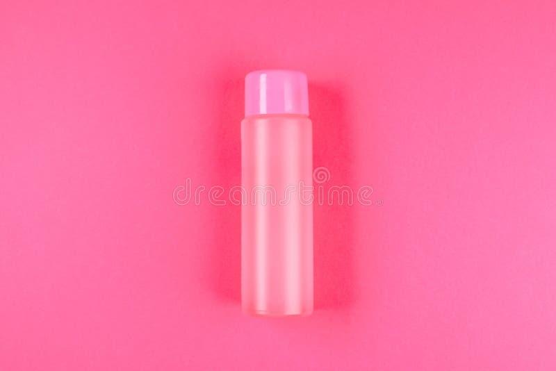 Розовая бутылка, бутылка для косметик, шампунь или еда, питье на розовой пастельной предпосылке Лето Взгляд сверху Плоское положе стоковые фотографии rf