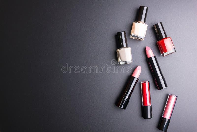 Розовая губная помада, полировщик ногтя изолированный на черной предпосылке, концепции косметик, концепции макияжа, изображении д стоковое изображение rf