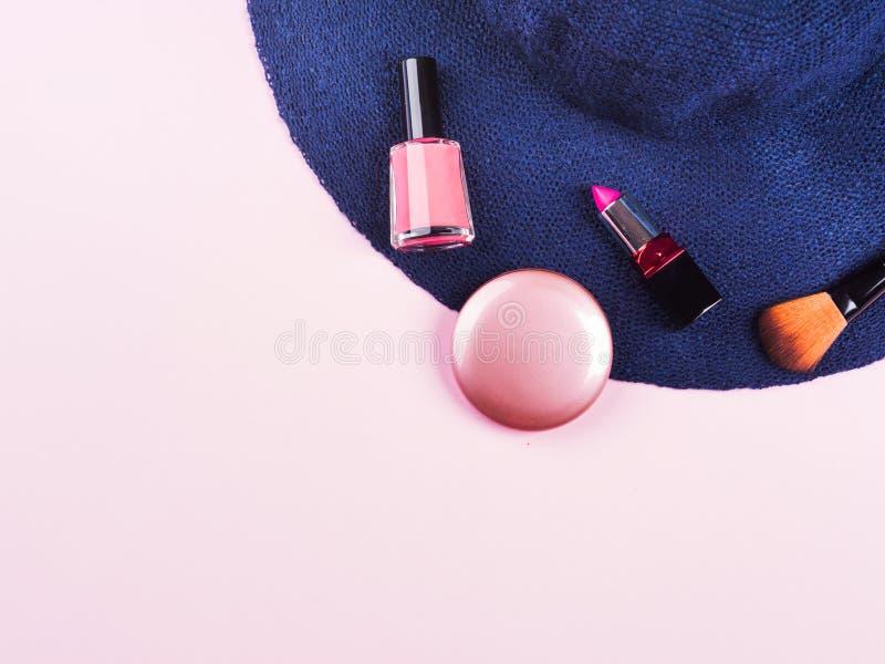 Розовая квартира кладет с женскими аксессуарами стоковое фото